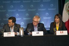 El secretario de Economía mexicano, Ildefonso Guajardo (izqda.), junto al ministro de Comercio de Nueva Zelanda, Tim Groser, y la ministra de Comercio Exterior peruana, Magali Silva, participando en una conferencia de prensa en Lahaina, Maui, 31 de julio de 2015.  El secretario de Economía de México, Ildefonso Guajardo, dijo el jueves que los negociadores de los países de la Cuenca del Pacífico están muy cerca de un acuerdo sobre autos y partes de autos para un pacto de libre comercio, pero que un trato final dependerá de otros asuntos que se discuten en Atlanta. REUTERS/Marco Garcia