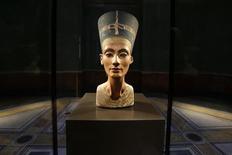 El busto de Nefertiti fotografiado en una exhibición para la prensa en el Museo Nuevo de Berlín, 5 de diciembre de 2012. Imágenes de alta resolución de la tumba del faraón del Antiguo Egipto Tutankamón muestran corredores hacia dos cámaras ocultas, y según un arqueólogo británico una de ellas sería la última morada de la reina Nefertiti. REUTERS/Michael Sohn/Pool