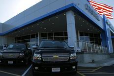 Camionetas de Chevroleto en Gaithersburg, Maryland, 1 de mayo de 2013. Las tres grandes automotrices de Estados Unidos reportaron el jueves una fuerte alza en sus ventas gracias a que el precio bajo de la gasolina y tasas de interés mínimas impulsaron la demanda de vehículos todoterreno y camionetas. REUTERS/Gary Cameron