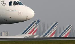 """Interrogé par Europe 1, le PDG d'Air France-KLM Alexandre de Juniac a déclaré que l'échec des négociations avec les syndicats sur le plan de compétitivité de la compagnie aérienne se solderait par d'""""importantes réductions d'emploi. /Photo d'archives/REUTERS/Gonzalo Fuentes"""