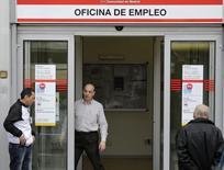 Un trabajador abre una oficina gubernamental de empleos, mientras personas esperan afuera, 3 de marzo de 2015. El desempleo en España volvió a experimentar un segundo incremento mensual consecutivo en septiembre, tras seis meses de descensos, aunque el número de afiliados a la Seguridad Social aumentó. REUTERS/Andrea Comas