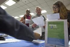 Personas buscan empleo en una feria de trabajo para los indigentes, en Los Ángeles, California, 4 de junio de 2015. Los empleadores en Estados Unidos frenaron las contrataciones en los últimos dos meses y los salarios cayeron en septiembre, lo que plantea nuevas dudas sobre si la economía está lo suficientemente fuerte como para que la Reserva Federal suba las tasas de interés a fines de este año. REUTERS/David McNew