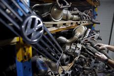 Deux semaines après le déclenchement du scandale de la fraude aux tests anti-pollution, le temps presse pour Volkswagen, qui n'a toujours pas présenté les modalités du rappel de 11 millions de ses voitures et qui voit se multiplier les enquêtes et les plaintes à son encontre dans le monde. /Photo prise le 26 septembre 2015/REUTERS/Dado Ruvic