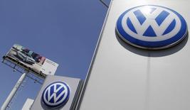 L'affaire Volkswagen, en braquant à nouveau les projecteurs sur la difficulté de dépolluer le diesel, alourdira la facture pour tous les constructeurs, notamment les généralistes PSA, Renault et Fiat Chrysler, qui ne sont pourtant pas à l'origine du scandale. /Photo prise le 23 septembre 2015/REUTERS/Imelda Medina