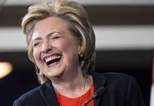 """La aspirante a candidata presidencial democrata Hillary Clinton, se ríe durante un acto de campaña en Washington, 3 de octubre de 2015. La aspirante a la nominación presidencial del Partido Demócrata Hillary Clinton apareció la noche del sábado en el programa de comedia """"Saturday Night Live"""", en una rutina humorística en la que interpretó a una cantinera junto a la comediante Kate McKinnon, quien a su vez representó a la ex senadora y secretaria de Estado de Estados Unidos. REUTERS/Joshua Roberts"""