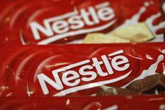 """Unas muestras de unos productos Nestlé en su sede en Vevey, Suiza, feb 19 2015. Nestlé, la mayor compañía mundial de alimentos procesados, dijo el lunes que se encuentra en """"discusiones avanzadas"""" para fusionar su negocio internacional de helados con R&R Ice Cream, en momentos en que busca concentrar sus esfuerzos en sus marcas con mejor desempeño.    REUTERS/Denis Balibouse"""