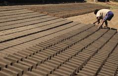 Un trabajador en una fábrica de ladrillos en Chilpancingo, México, ene 26 2015. La economía de América Latina y el Caribe se contraería un 0,3 por ciento este año, en parte por un peor desempeño de Brasil, y se expandiría un 0,7 por ciento en 2016, informó el lunes la CEPAL.  REUTERS/Jorge Dan Lopez