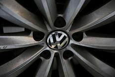 Volkswagen s'apprête à connaître des changements qui ne seront pas sans douleur, a prévenu mardi le nouveau président du directoire, Matthias Müller, laissant pour la première fois entrevoir des réductions d'effectifs à la suite du scandale des émissions polluantes. /Photo prise le 30 septembre 2015/REUTERS/Stefan Wermuth