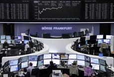 Operadores trabajando en la Bolsa de Fráncfort, Alemania, 5 de octubre de 2015. Las bolsas europeas hacían una pausa el martes tras las fuertes ganancias de la sesión anterior, luego de que algunos anuncios corporativos dispares no lograron ofrecer una dirección clara para el mercado. REUTERS/Staff/remote