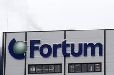 Логотип Fortum на здании электростанции компании в Елгаве. 3 февраля 2014 года. Российский Газпром больше не ведет переговоры с финским концерном Fortum о разделе активов ТГК-1, сказал журналистам глава управляющего энергетикой газовой монополии Газпромэнергохолдинга Денис Федоров. REUTERS/ Ints Kalnins