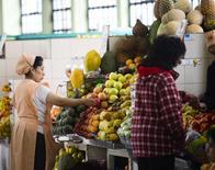 Una vendedora ordena frutas en su puesto en el Mercado Central en Quito, Ecuador, 26 de agosto de 2014. La tasa anual de inflación en Ecuador bajó a un 3,78 por ciento en los últimos 12 meses hasta septiembre, frente a igual período del año previo, informó el martes la agencia oficial de estadística. REUTERS/Guillermo Granja