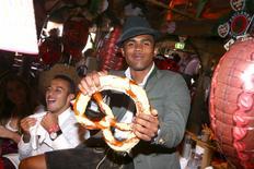 Douglas Costa durante visita à Oktoberfest em Munique.  30/9/2015. REUTERS/Alexander Hassenstein/Divulgação