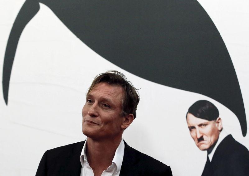 Alemães recebem calorosamente ator que se fez passar por Hitler