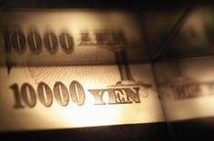 Купюры валюты иена в Токио 28 февраля 2013 года. Курс иены растет после того, как Банк Японии не изменил политику. REUTERS/Shohei Miyano