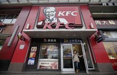 Le titre Yum Brands figure au rang des valeurs à suivre sur les marchés américains ce mercredi, au lendemain d'une révision en baisse de la prévision de résultat annuel de la maison mère des chaînes de restaurants KFC et Pizza Hut. /Photo d'archives/REUTERS