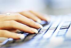 La Banque postale discute avec la Commission nationale de l'informatique et des libertés (Cnil) afin de lancer pour la première fois en France un système de paiement en ligne sécurisé via la reconnaissance vocale de l'utilisateur. /Photo d'archives/REUTERS/Tim Wimborne