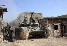 """Лояльные Башару Асаду военные юлиз Алеппо 10 февраля 2014 года. Сирийская армия начала """"большое наступление"""", сообщил начальник штаба сирийских войск генерал-лейтенант Али Абдулла Аюб в эфире государственного телевидения. REUTERS/George Ourfalian"""