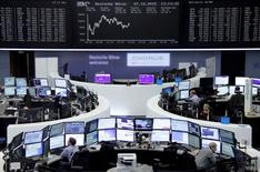 Operadores trabajando en la Bolsa de Fráncfort, Alemania, 7 de octubre de 2015. Las bolsas europeas abrieron estables el jueves, aunque Deutsche Bank caía y afectaba a todo el mercado luego de que advirtió de una pérdida récord antes de impuestos en el tercer trimestre. REUTERS/Remote/Staff