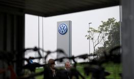 Le parquet de Braunschweig a mené jeudi une perquisition au siège de Volkswagen à Wolfsburg et en d'autres lieux dans le cadre de l'enquête sur la falsification des tests d'émissions polluantes par le constructeur automobile allemand. Parallèlement, le quotidien allemand Süddeutsche Zeitung rapporte ce jeudi que le logiciel utilisé par VW aux Etats-Unis est également fonctionnel sur des véhicules en Europe. /Photo prise le 7 octobre 2015/REUTERS/Axel Schmidt