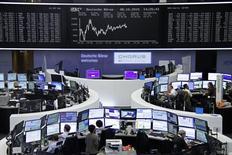 Unops operadores en sus estaciones de trabajo en la bolsa alemana en Fráncfort, oct 5, 2015.  Las bolsas en Europa cerraron al alza el jueves gracias a la subida de los papeles de las automotrices, pero a los inversores aún les preocupa el panorama económico global y la próxima temporada de resultados corporativos. REUTERS/Staff