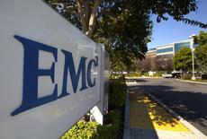 Selon une source au fait de la situation, Dell a engagé des discussions en vue du rachat du spécialiste du stockage de données EMC, ce qui constituerait l'une des plus importantes opérations de fusion-acquisition dans le secteur des hautes technologies. /Photo d'archives/REUTERS/EMC