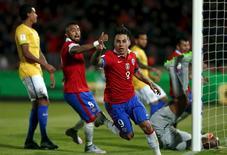 Vargas comemora gol do Chile contra o Brasil em Santiago.  8/10/2015. REUTERS/Ivan Alvarado