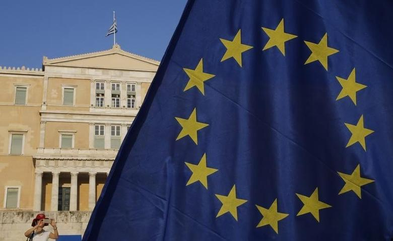 The European Union flag is seen in front of the parliament building during a Pro-Euro rally in Athens, Greece, July 9, 2015. REUTERS/Yannis Behrakis