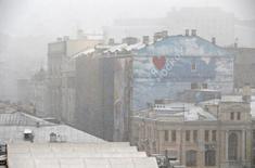 Снег в центре Москвы 8 октября 2015 года. Выходные в Москве будут холодными и снежными, свидетельствует усредненный прогноз, составленный на основании данных Гидрометцентра России, сайтов intellicast.com и gismeteo.ru. REUTERS/Sergei Karpukhin