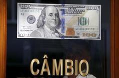 Nota de dólar vista em casa de câmbio no Rio de Janeiro.  24/09/2015   REUTERS/Sergio Moraes