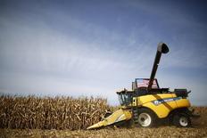 Una cosechadora en un campo de maíz, durante la cosecha en Minooka, Illinois, 24 de septiembre de 2014.  El Gobierno estadounidense recortó el viernes su proyección para las cosechas locales de maíz y soja de este año, en línea con las expectativas del mercado, tras revisar sus estimaciones de la superficie cosechada. REUTERS/Jim Young