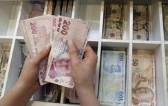 Le gouvernement turc table désormais sur une croissance de 3% cette année et de 4% l'an prochain, alors qu'il prévoyait auparavant une progression du PIB de 4% en 2015 et de 5% en 2016. /Photo d'archives/REUTERS/Murad Sezer