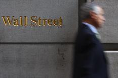 Wall Street a ouvert peu changée lundi, à l'entame d'une semaine qui sera marquée par la publication des résultats trimestriels de plusieurs grandes banques américaines ainsi que de plusieurs autres poids lourds de la cote. Une dizaine de minutes après le début des échanges, le Dow Jones affiche un recul minime de 0,06%, le Standard & Poor's 500 cède 0,12%  et le Nasdaq Composite est stable (-0,04%). /Photo d'archives/REUTERS/Eric Thayer