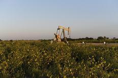 Станок-качалка Devon Energy Production Company близ Гатри, Оклахома 15 сентября 2015 года. Цены на нефть растут за счет повышенного спроса после падения котировок в понедельник. REUTERS/Nick Oxford