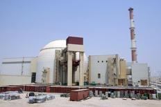 Вид на здание АЭС в Бушере 21 августа 2010 года. Парламент Ирана во вторник принял законопроект в поддержку правительства, заключившего ядерную сделку с США и другими мировыми державами в обмен на обещание ослабить санкции. REUTERS/Raheb Homavandi