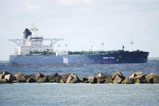 Принадлежащий Саудовской Аравии супертанкер Sirius Star в Роттердаме 17 октября 2008 года. Крупнейший производитель нефти в мире - Саудовская Аравия начала поставки нефти в Польшу через порт Гданьск, сообщил глава Роснефти Игорь Сечин. REUTERS/Adri Schouten
