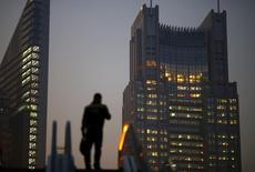 Le quartier financier de Shanghai. Pékin va privilégier le soutien à l'activité économique plutôt que les réformes en fixant un taux de croissance d'environ 7% par an dans le prochain plan quinquennal qui sera débattu lors de la session plénière du Parti communiste chinois (PCC) fin octobre, selon des sources au fait des préparatifs. /Photo d'archives/REUTERS/Carlos Barria