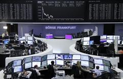 Les Bourses européennes ont accentué leurs pertes mardi à mi-séance, dans des marchés affaiblis par de nouveaux signes de ralentissement de l'économie chinoise, la rechute des cours du pétrole lundi et une nouvelle dégradation du sentiment des investisseurs en Allemagne. L'indice CAC 40 recule de 1,28% à 4.628,26 points vers 11h10 GMT. À Francfort, le Dax perd 1% et à Londres, le FTSE recule de 0,77%. L'indice FTSEurofirst 300 abandonne 1,1% et l'EuroStoxx 50 0,97%. /Photo prise le 13 octobre 2015/REUTERS/Staff/remote