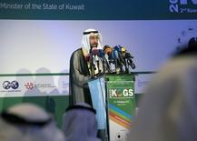 El ministro de petróleo kuwatí, Ali Al-Omair, habla con los medios en la inauguración de una conferencia energética, en Mangaf, Kuwait, 11 de octubre de 2015. Una reunión técnica de expertos petroleros de la OPEP y de países fuera del grupo discutirá este mes una propuesta de Venezuela para introducir una banda de precios para el crudo, dijo el martes el ministro de Petróleo de Kuwait. REUTERS/Stephanie McGehee
