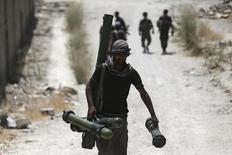 Боец Свободной сирийской армии в пригороде Дамаска 27 июля 2015 года. Сирийские повстанцы задействуют еще больше людей и оружия, включая значительные количества противотанковых ракет, чтобы противостоять атакам сирийской армии и ее союзников, поддерживаемых авиаударами России, сообщили во вторник повстанцы и наблюдательная группа. REUTERS/Bassam Khabieh