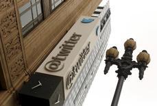 El logo de Twitter en la fachada de su sede situada en San Francisco, California, el 28 de abril de 2015. Twitter Inc dijo que despediría a hasta 336 empleados, el equivalente a un 8 por ciento de su fuerza laboral global, dentro de un plan que busca hacer más eficientes sus operaciones. REUTERS/Robert Galbraith