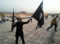 """Боевик ИГИЛ в Мосуле. 23 июня 2014 года. Сторонники ультрадикальной группировки """"Исламское государство"""" распространили во вторник аудиообращение, в котором призывают мусульман начать """"священную войну"""" против американцев и россиян из-за того, что ИГ назвало """"крестовым походом"""" на Ближнем Востоке. REUTERS/Stringer"""