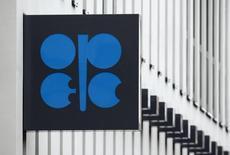 Логотип ОПЕК на здании штаб-квартиры картеля в Вене. 16 марта 2010 года. Восемь стран, не входящих в ОПЕК, получили приглашения на техническое совещание организации 21 октября, сообщил министр нефтяной промышленности Венесуэлы Эулохио дель Пино. REUTERS/Heinz-Peter Bader