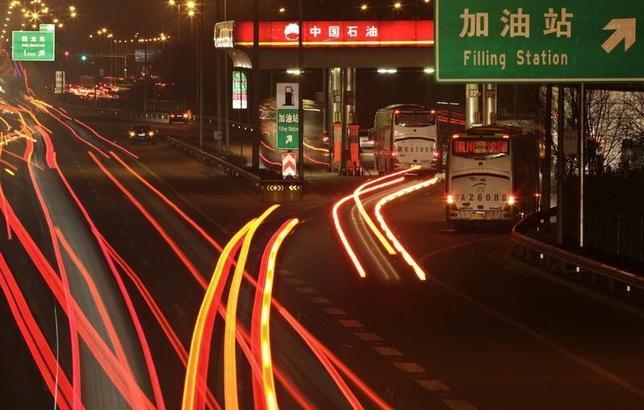10月14日、中国の2015年の原油輸入量は過去最高を記録し、世界首位の米国に迫る水準となる見通しだ。北京市内のガソリンスタンドで2012年3月撮影(2015年 ロイター/Soo Hoo Zheyang)