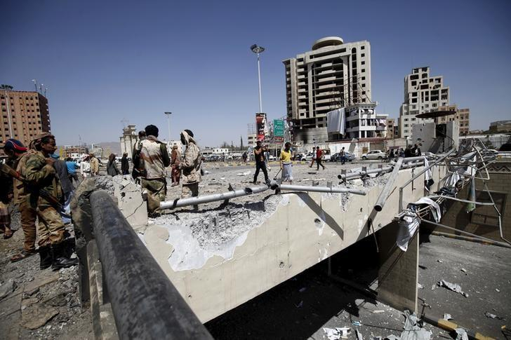Houthi militants stand at the site of a Saudi-led air strike which targeted a tunnel leading to the presidential house near the Petrol Station in Yemen's capital Sanaa, October 1, 2015. REUTERS/Mohamed al-Sayaghi