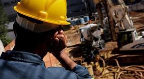 Un trabajador en unas obras residenciales en Sao Paulo, ago 10 2015. América Latina atraviesa una desaceleración económica combinada con tasas de inflación relativamente altas y desempleo en ascenso. REUTERS/Nacho Doce