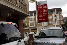 Los precios de los combustibles en una gasolinera en San Francisco, EEUU, mayo 13, 2015. Los precios al productor en Estados Unidos registraron en septiembre su mayor declive en ocho meses debido a que el costo de los productos energéticos bajó por tercer mes consecutivo, apuntando a una inflación contenida que podría ser un argumento en contra de un alza de las tasas de interés este año.  REUTERS/Robert Galbraith