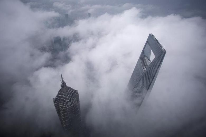 图中为上海环球金融中心和金茂大厦。REUTERS/Aly Song