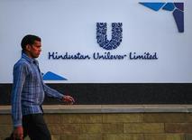 Пешеход проходит мимо штаб-квартиры Hindustan Unilever Limited (HUL) в Мумбаи 19 января 2015 года. Производитель потребительских товаров Unilever сообщил в четверг о превысивших прогнозы продажах в третьем квартале, но добавил, что ослабление рынков во всем мире по-прежнему негативно влияет на его результаты. REUTERS/Danish Siddiqui
