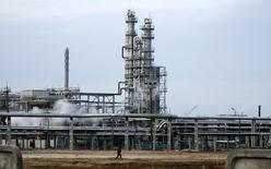НПЗ в Мозыре. 9 января 2007 года. Белоруссия в следующем году рассчитывает получить $1,2-1,3 миллиарда от пошлин на нефтепродукты, произведенные из российской нефти, закладывая в бюджет среднюю цену на нефть в $57, сказал журналистам министр финансов Владимир Амарин. REUTERS/Vasily Fedosenko