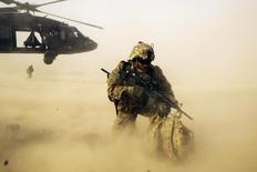 Солдат армии США близ Джалалабада 20 декабря 2014 года. Президент США Барак Обама объявит в четверг, что снизит темпы вывода американских войск из Афганистана и, вместо этого, будет поддерживать нынешнее число солдат там - 9.800 - на протяжении большей части 2016 года, прежде чем начать сокращение контингента, сообщили представители администрации.  REUTERS/Lucas Jackson